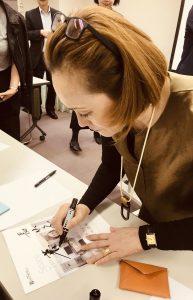 近藤典子先生サイン記入時の写真