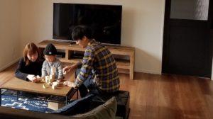 高知県U様リビングでくつろぐ写真|高知市注文住宅SAI