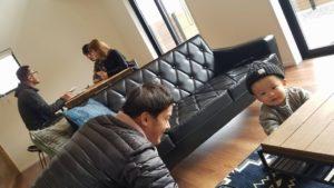 高知県U様のお子様R君と遊ぶ長山の写真|高知市の注文住宅SAI