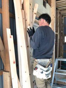 高知市注文住宅を建てているSAIの窓を取り付けている工事写真|高知市注文住宅SAI