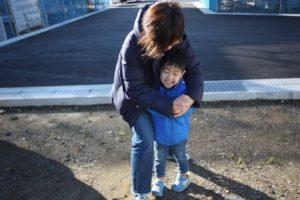 香南市野市町M様邸お母さんにつかまるお子様写真|高知市注文住宅SAI