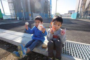 香南市野市町M様邸地鎮祭終了後お菓子を食べている|高知市注文住宅SAI