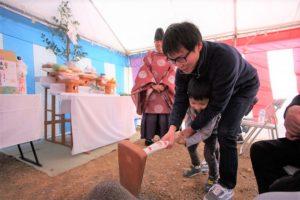 香南市野市町M様邸お父さんと一緒に鍬入れしてる画像|高知市注文住宅SAI