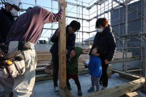 香南市野市町M様邸家族一緒に柱を建てている画像|高知市注文住宅SAI