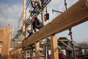 須崎市T様邸の大きな梁をクレーンで吊り下げている画像|高知市注文住宅SAI