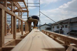 須崎市T様邸の柱などを固定している画像|高知市注文住宅SAI