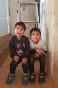 香南市野市町M様邸お子様のツーショット写真|高知市注文住宅SAI