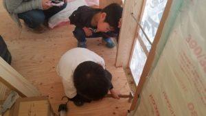 香南市野市町M様邸お兄ちゃんの大工体験を眺める弟ちゃん|高知市注文住宅SAI