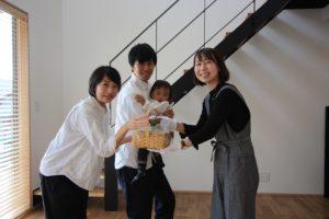 高知市K様からお菓子を頂いて一緒に撮影|高知市注文住宅SAI