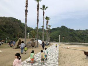 愛媛県新居浜市のキャンプ場にて浜辺に歩いていく画像|高知市注文住宅SAI