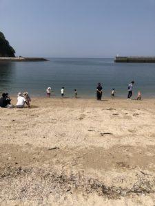 愛媛県新居浜市のキャンプ場で海辺で遊ぶ子供達の写真|高知市注文住宅SAI