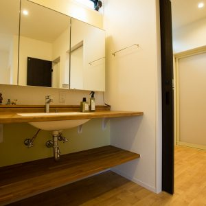 洗面化粧室|高知県土佐市A様邸注文住宅施工実績 ガレージのあるL型の家